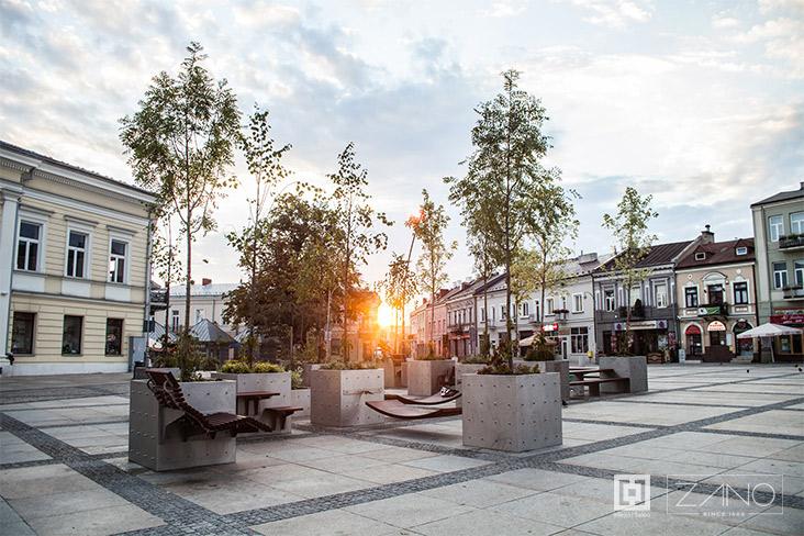 Espace moderne qui conecte la verdure avec la nouvelle technique du mobilier urbain (fot. ZANO)